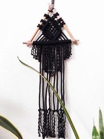 Панно макраме треугольник. Цвет черный.  Хлопковая веревка 7 мм. На тростниковых палочках. Размер 50 на 23 см